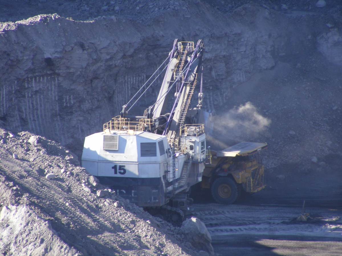 Crews work to move coal.  BLM photo.